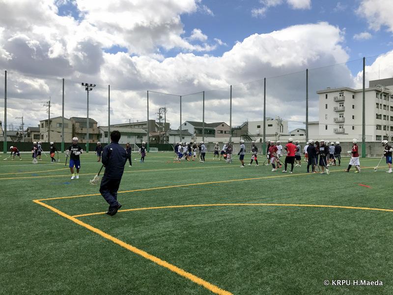 近畿大学南グラウンド。きれいな人工芝で練習が行われています。