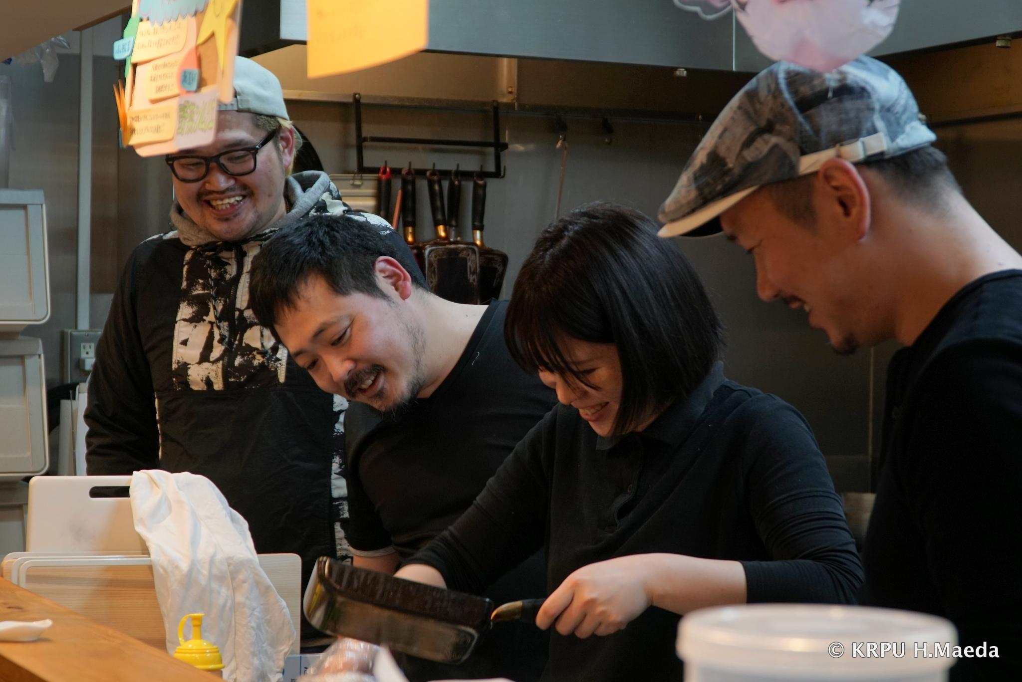 笑顔で仕事をするラーメン店主たち